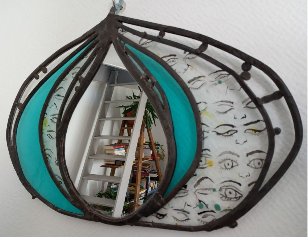 Miroir vitrail artisanal peinture sur verre motif oeil et verre turquoise