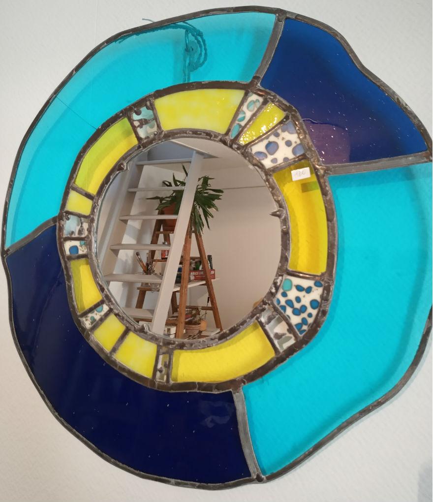 miroir vitrail de forme arrondie fabrication artisanale. Teinte bleue et jaune