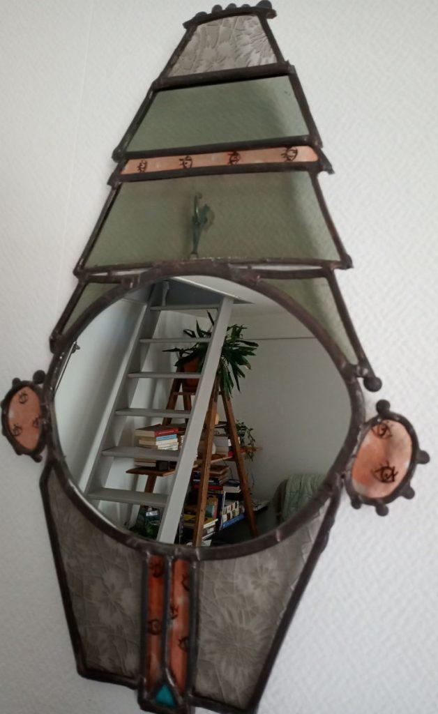 miroir vitrail artisanal. Gris et rouge