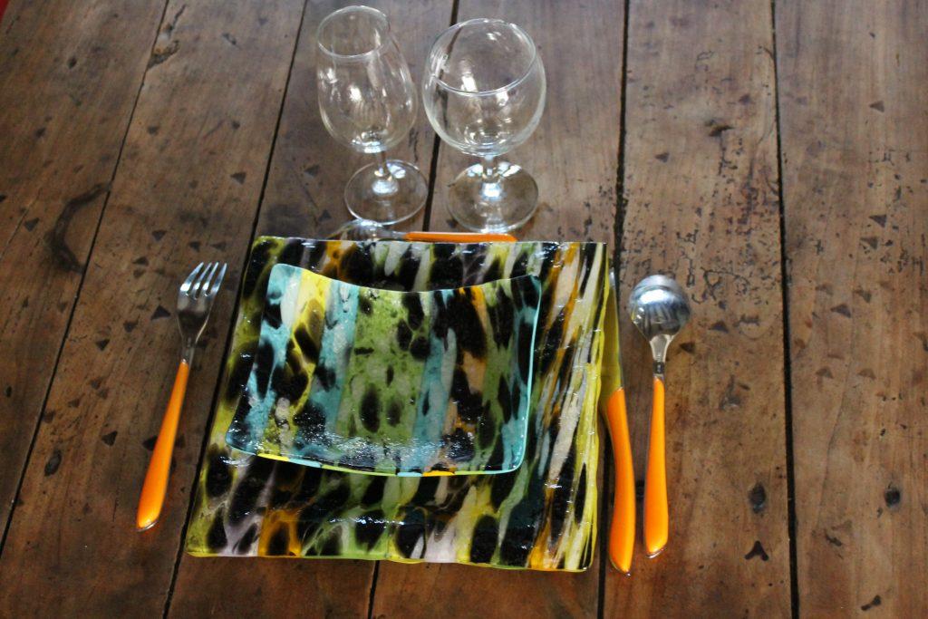assiette carrée bleu jaune vert noir et violet. fusion et thermoformage