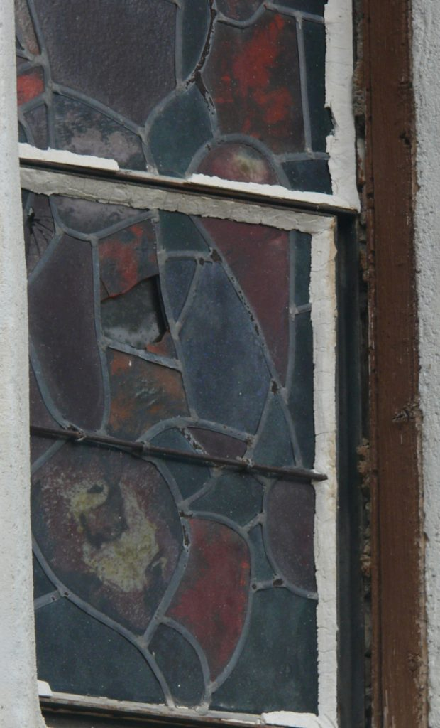 vitrail de Millon le pla avant restauration