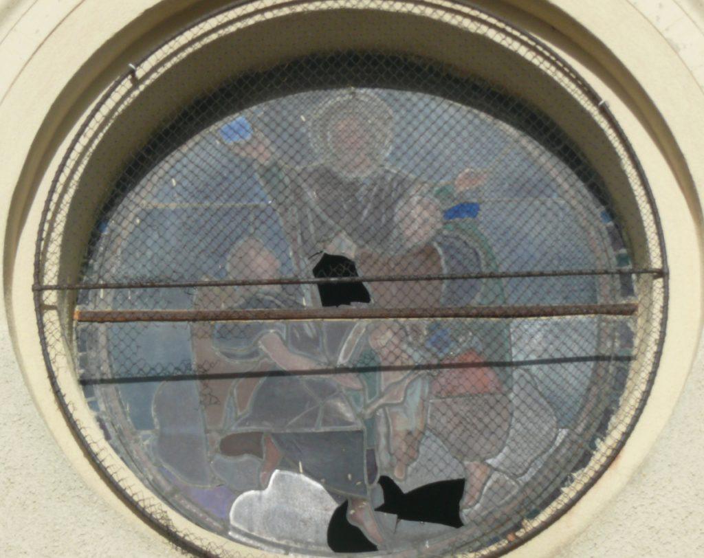 baie vitrail x2 de Gesta. avant restauration, à albies. Vue exterieure