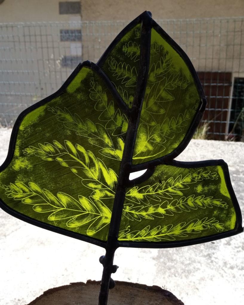 Plante en verre, Fougère. Et coeur en peinture. vitrail fabrication artisanale sur verre