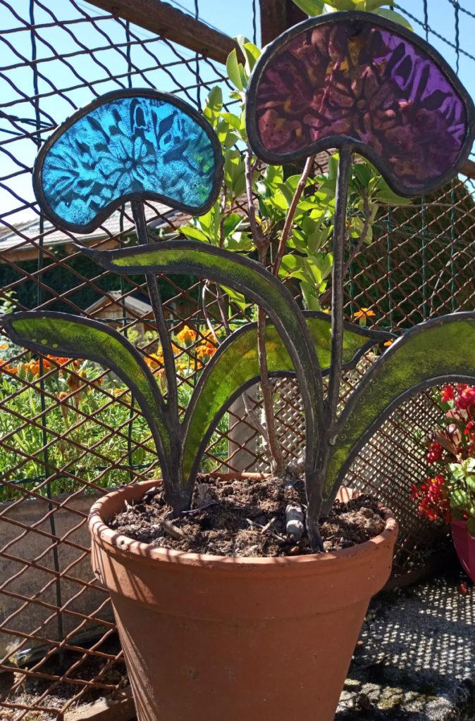 agapanthes en verre vitrail et peinture sur verre. Fabrication artisanale fleurs verre