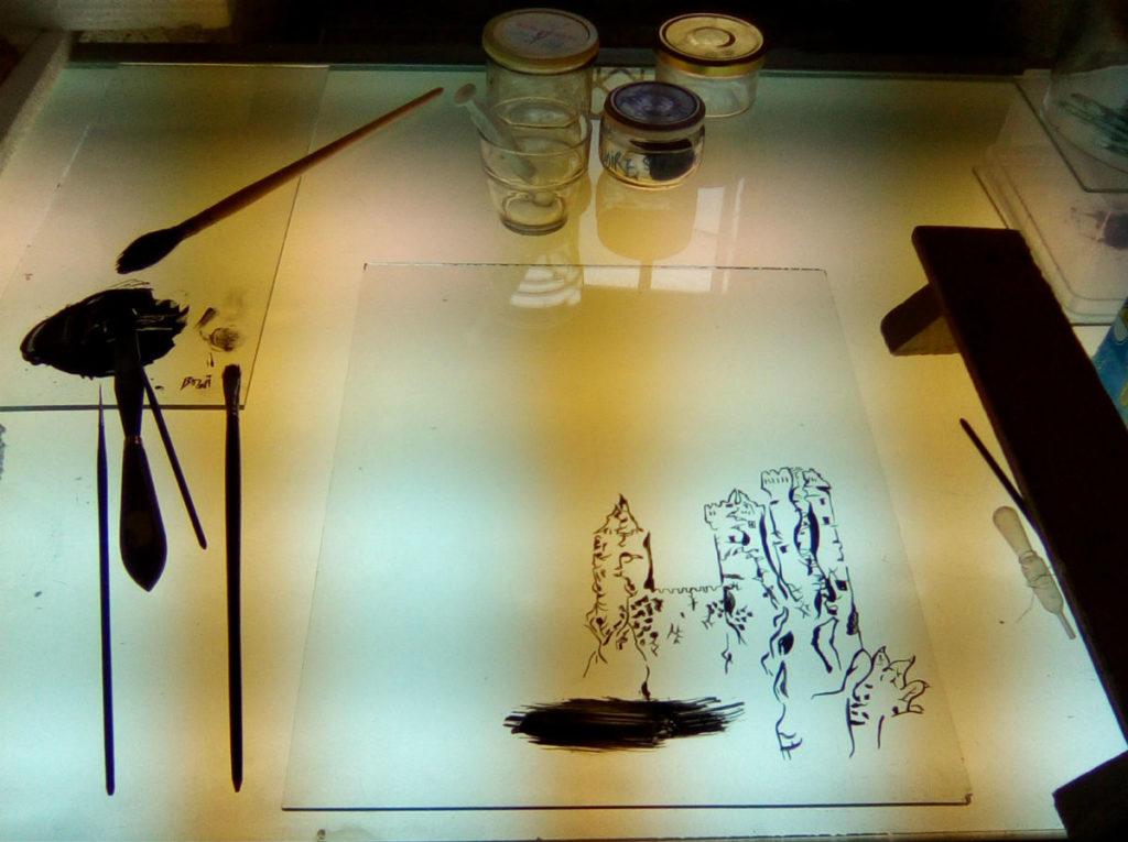table de peinture sur verre traits grisaille vitrail