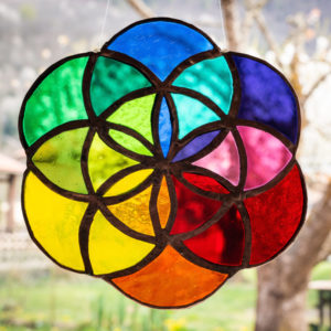 graine de vie en verre aux couleurs arc en ciel