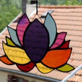 fleur de lotus en verre façon vitrail. Création artisanale